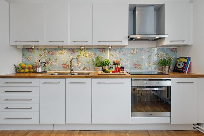 Линейная кухня с фартуком из закаленного стекла
