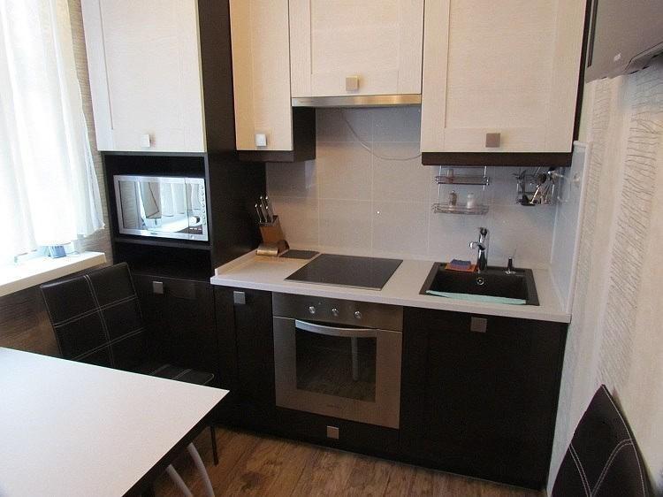 Маленькая кухня в панельном доме с линейным гарнитуром