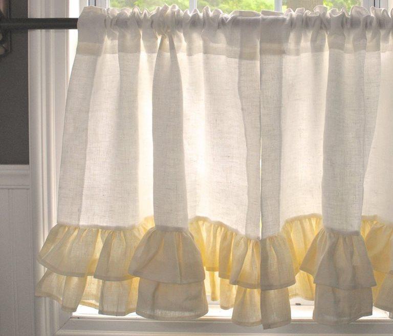 Короткая занавеска из льна на кухонном окне