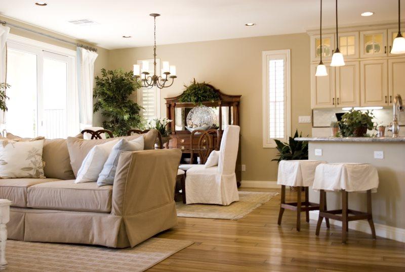 Потолок кухни-гостиной с осветительными приборами различного типа