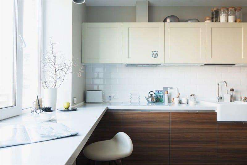 Белые и коричневые фасады кухонного гарнитура из МДФ
