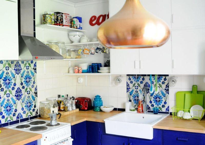 Открытые полочки с кухонной посудой в углу комнаты