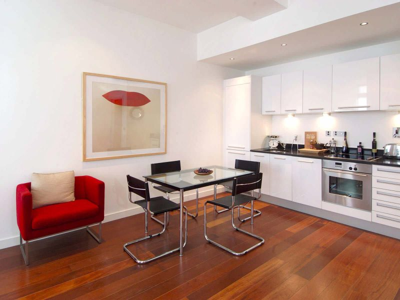 Металлические стулья на кухне в стиле хай-тек