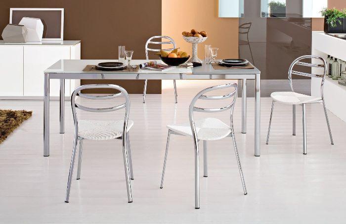 Металлические стулья в интерьере.