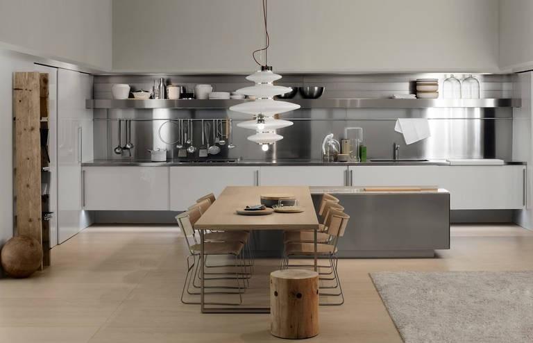 Металлический фартук в серой кухне стиля хай-тек