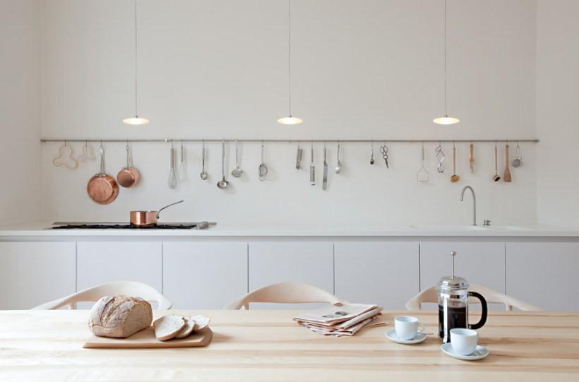 Рейлинговая система на кухне стиля минимализма