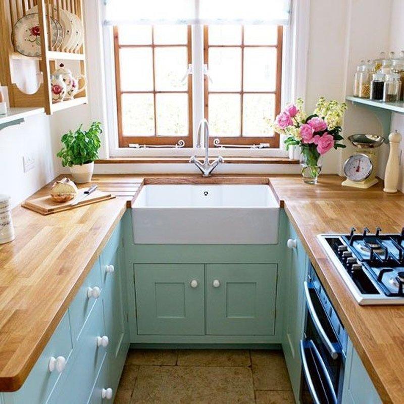 Кухонная мойка перед окном в узкой комнате