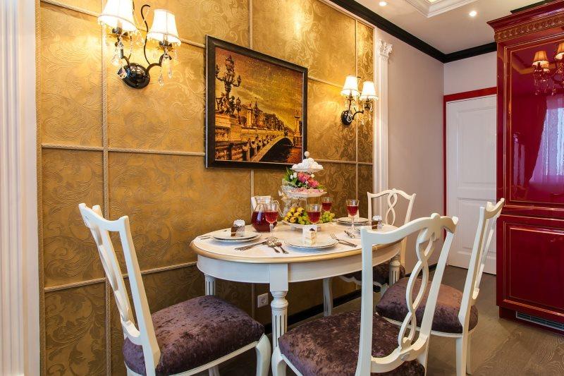 Зонирование пространства кухни обоями золотистого цвета