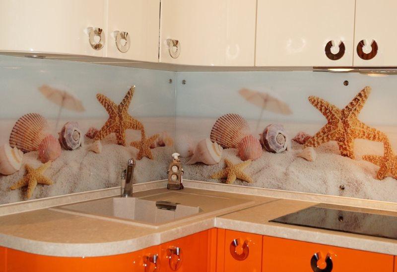 Скинали с морской тематикой на кухне с глянцевыми фасадами