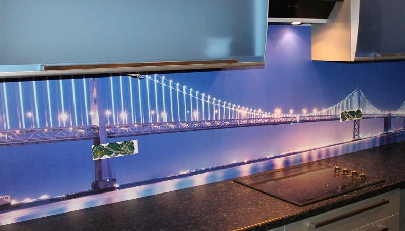 Кухонный фартук из пластика с изображением моста