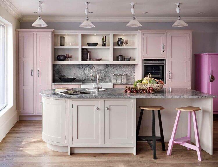Мраморный фартук на серо-розовой кухне с островом