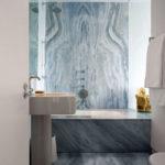 Синий мрамор в дизайне ванной