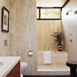 Дизайн узкой ванной с окном в стене