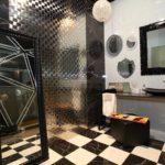 Черно-белая клетка на полу в ванной