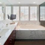 Жалюзи на окнах ванной в частном доме