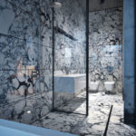 Глянцевый мрамор на стене ванной