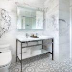 Мозаика из керамики на полу в ванной