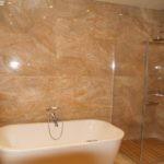 Коричневая плитка на стене ванной