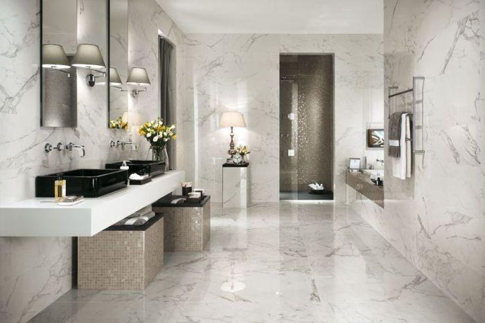 Мраморная плитка в ванной.