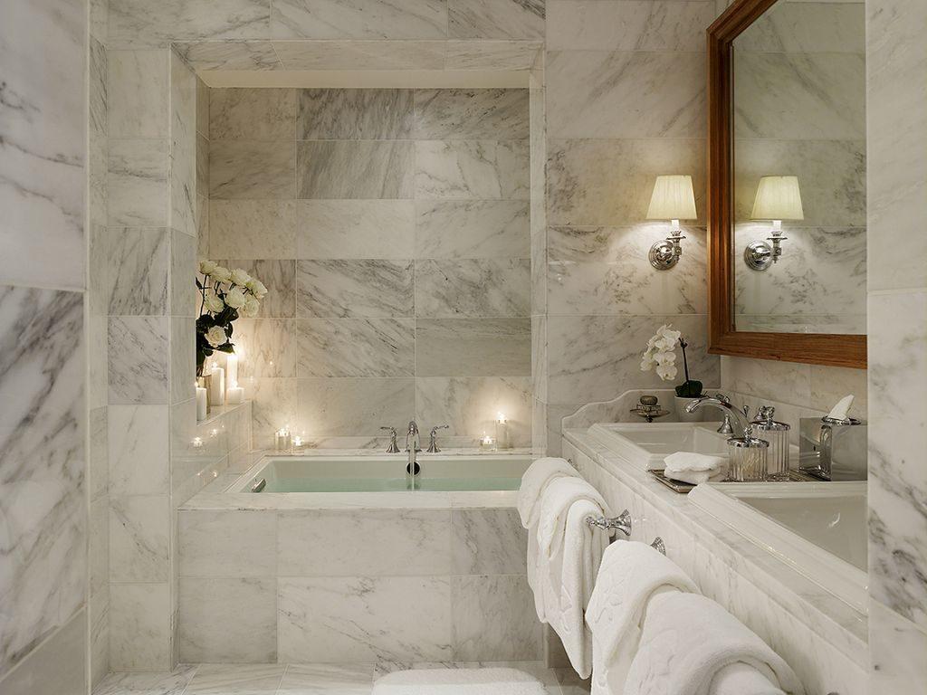 Мраморная отделка ниши в ванной