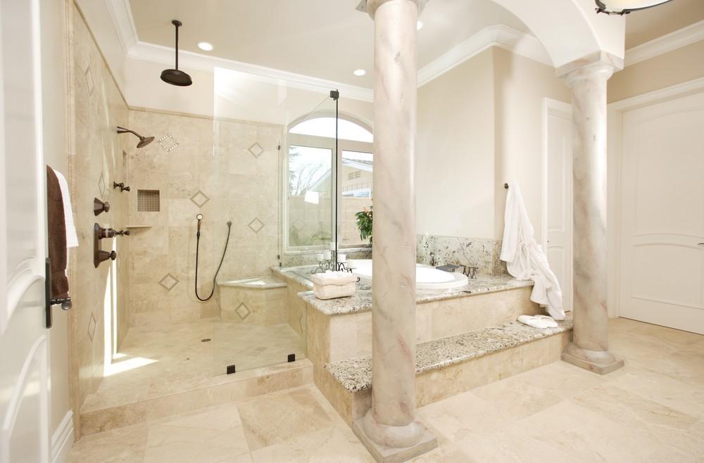Мраморные колонны в интерьере ванной