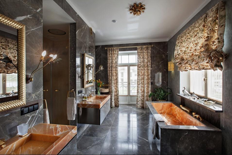 Римская штора в ванной с мраморным полом