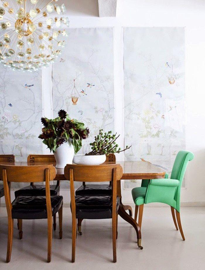 Мягкий стул с подлокотниками зеленого цвета