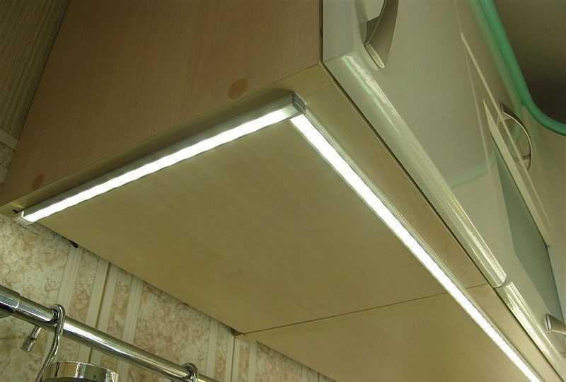 Светодиодные светильники на нижней поверхности подвесных шкафчиков