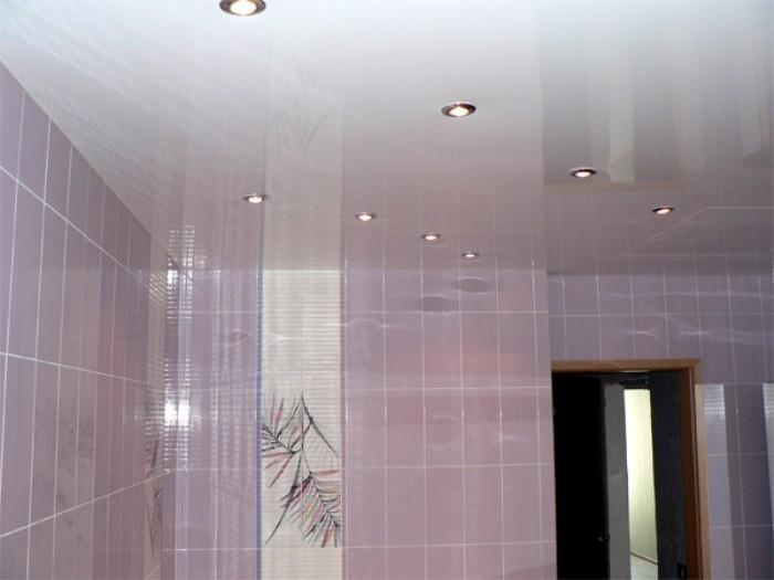 Дизайн потолка в ванной.
