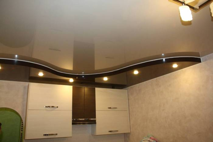 Дизайн кухни с натяжным потолком.