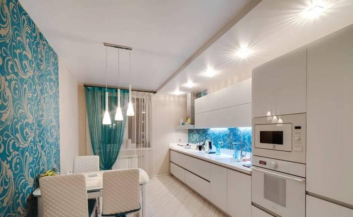 Матовый потолок на кухне.