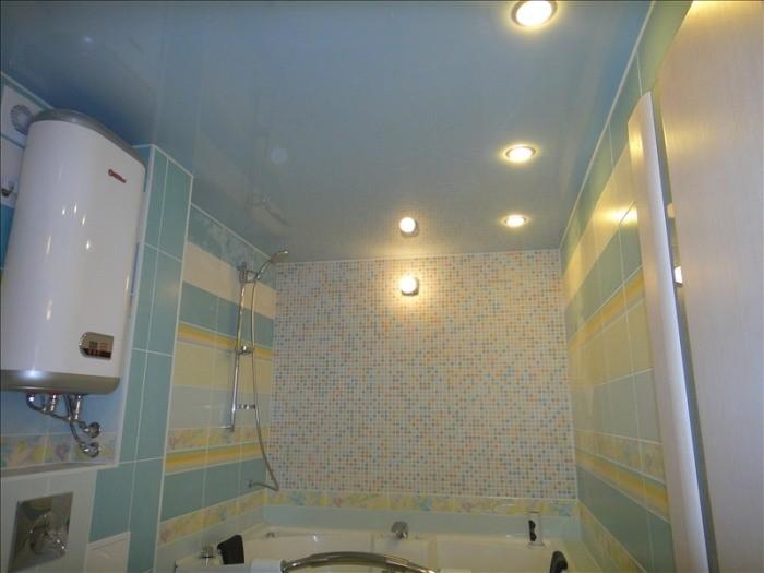 Настенные осветительные приборы в ванной.