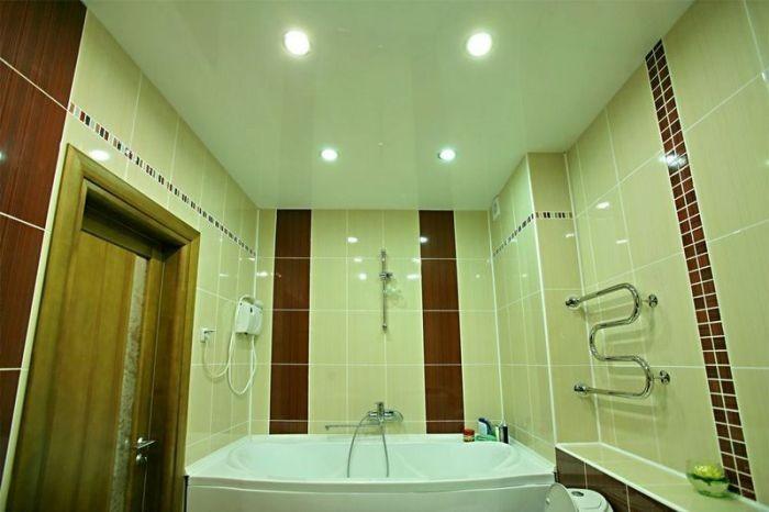 Потолок в ванной.