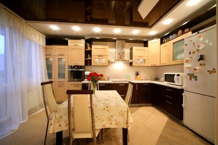 Интерьер кухни с натяжным потолком.