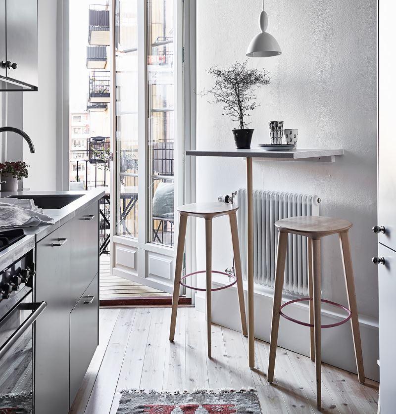 Место для завтраков около балконной двери кухни