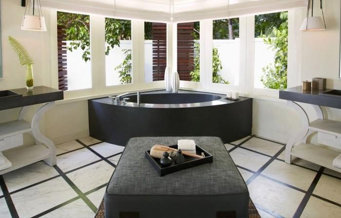 Гидромассажная угловая ванна.