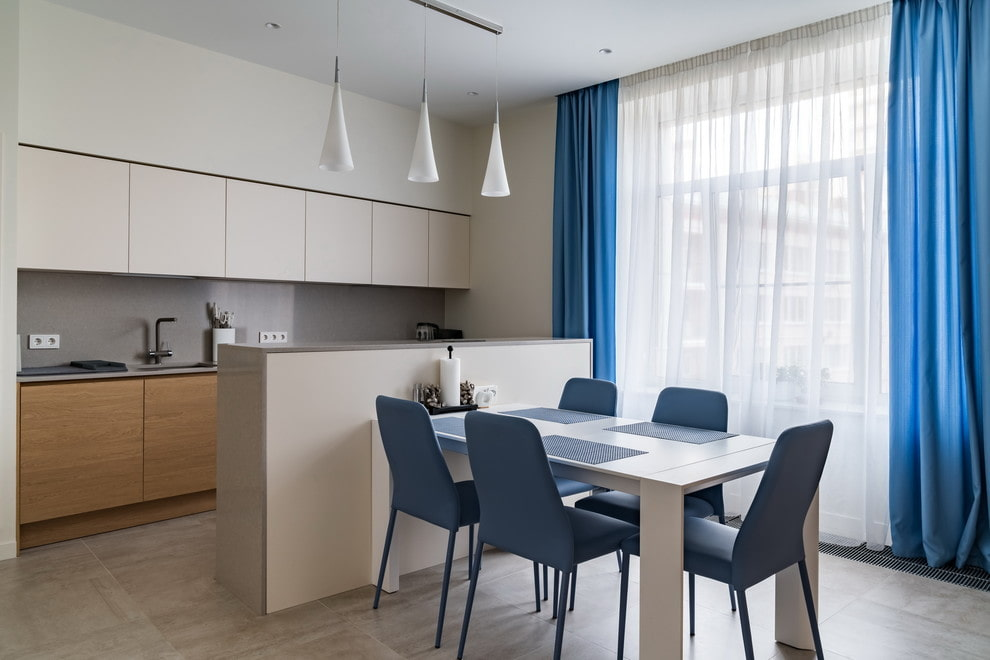 Синие шторы в интерьере кухни