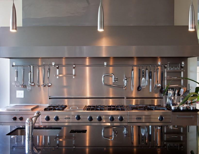 Нержавеющая сталь в интерьере современной кухни