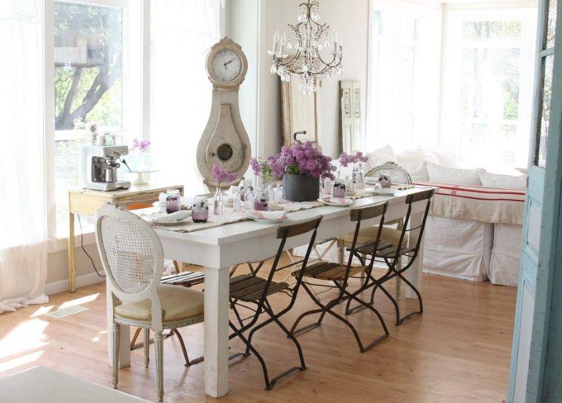 Обеденная зона кухни со складными стульями