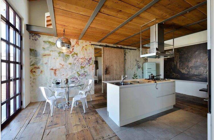 Деревянный потолок в просторной кухне