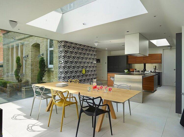 Дизайн кухни-столовой с виниловыми обоями