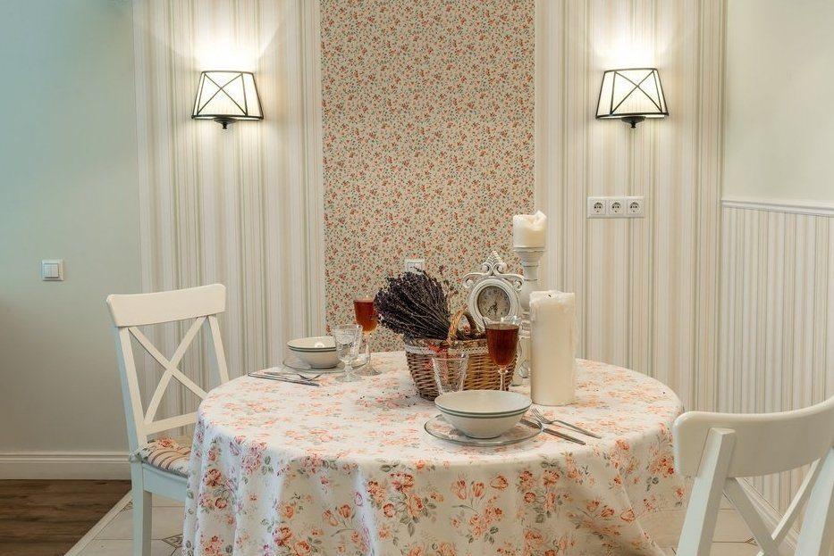 Скатерть с цветочками на круглом столе