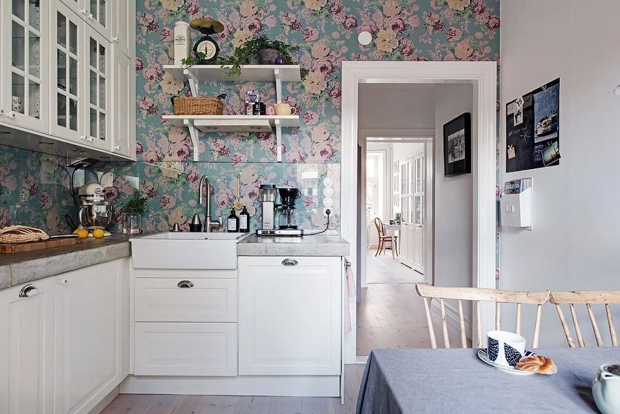 Обои в цветочек в кухне с белой мебелью