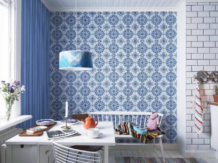 Бумажные обои с мозаичным принтом на кухонной стене