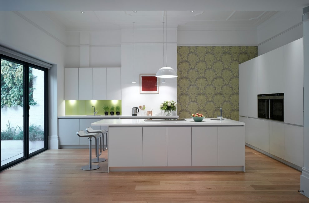 Зеленые обои с орнаментом на стене кухни в современном стиле