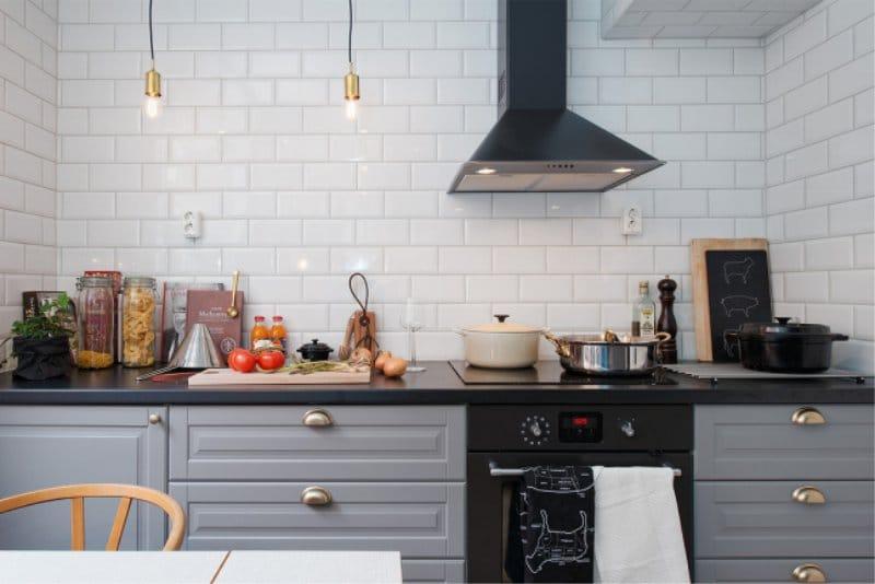 Отделка стены кухни плиткой под кирпич