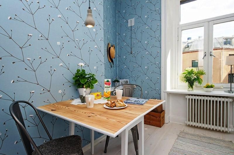 Интересная комбинация обоев в кухне без штор