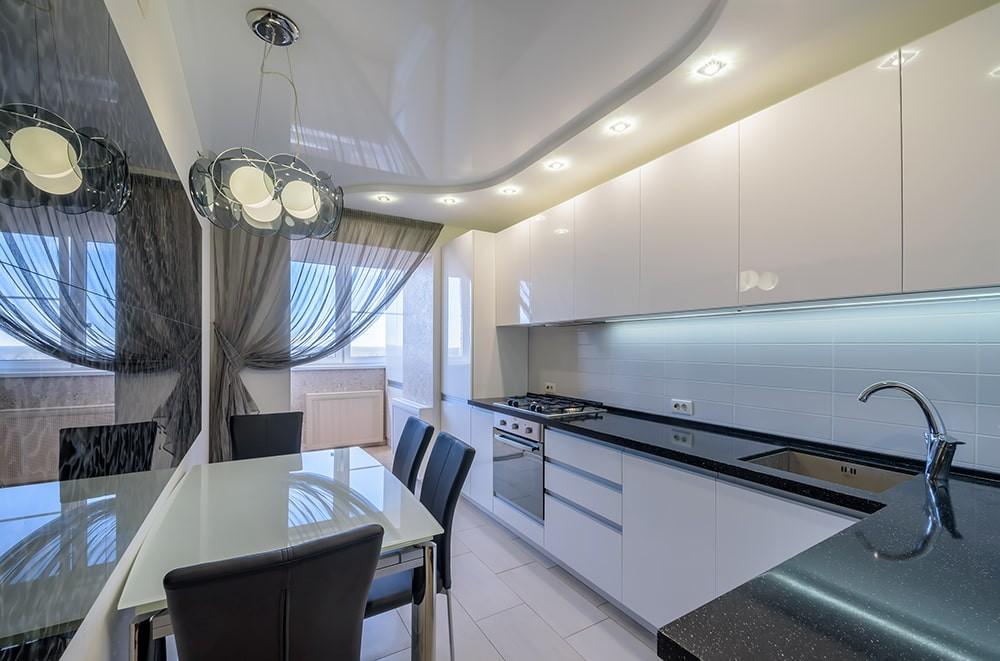 Односторонняя занавеска в кухне с выходом на балкон