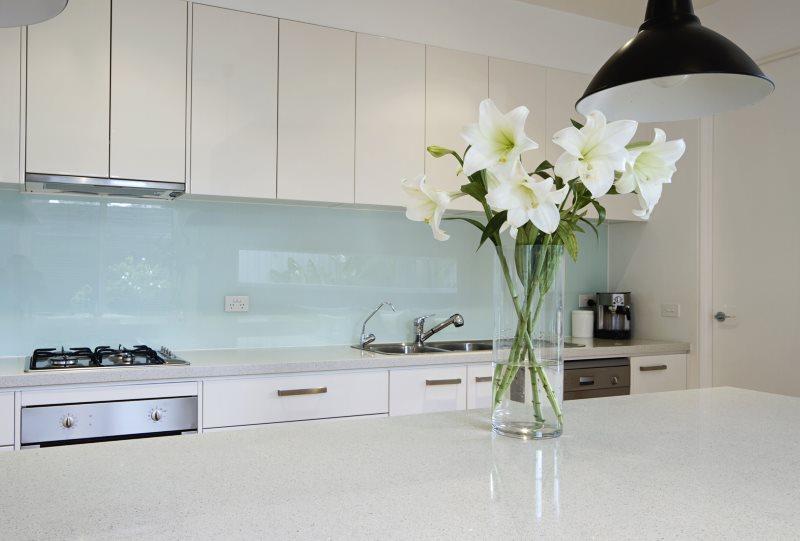 Голубая поверхность кухонного фартука из стекла