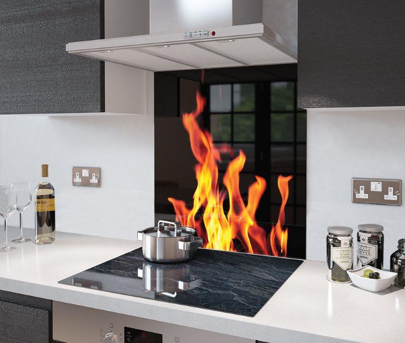 Изображение открытого огня на кухонном фартуке из стекла